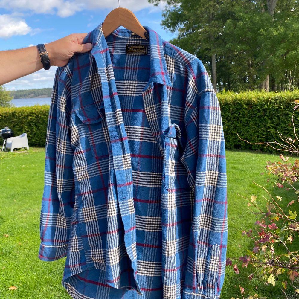 Säljer Denna flanell skjorta knappy andvänd! Storlek m-l men den blir oversized på vilken som! Skriv för fler bilder . Skjortor.
