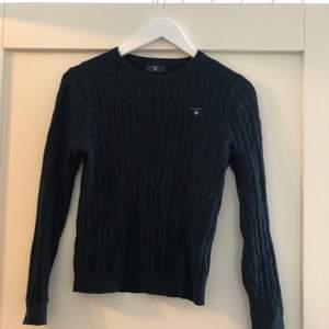 En superfin knappt använd marinblå kabelstickad gant-tröja. Storlek 170 (XS). Bra pris vid snabb affär!