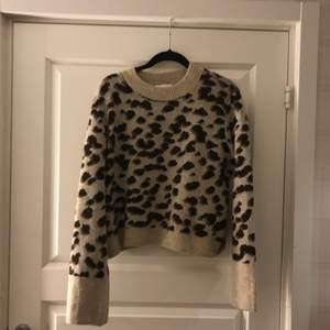 En snygg stickad tröja från H&M. I jätte fint skick som nästan aldrig är använd:) köpare står för frakt💗 (kan även mötas upp)