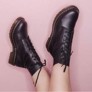 Säljer nu mina populära Dr Martens skor (pascal) använt få gånger därav nästintill nya. Inga slitage osv. Storlek 38! Nypris ca 2000kr säljer mina för 1000kr!
