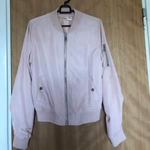 En fin rosa jacka som inte kommit till användning hos mig mycket alls tyvärr. Kan mötas upp i Stockholm annars står köparen för frakten🥰