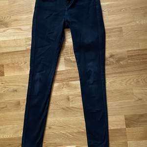 Ett par sköna tajta jeans från Drdemin. Ett par perfekta svarta jeans nu till hösten! Kostar 75kr + frakt. Tvättas såklart innan den skickas iväg!