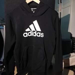 En jättefin adidas hoodie från barnavdelningen,, passar S helt klart! ❤️ Använd någon enstaka gång för tyckte inte den passade mig❤️