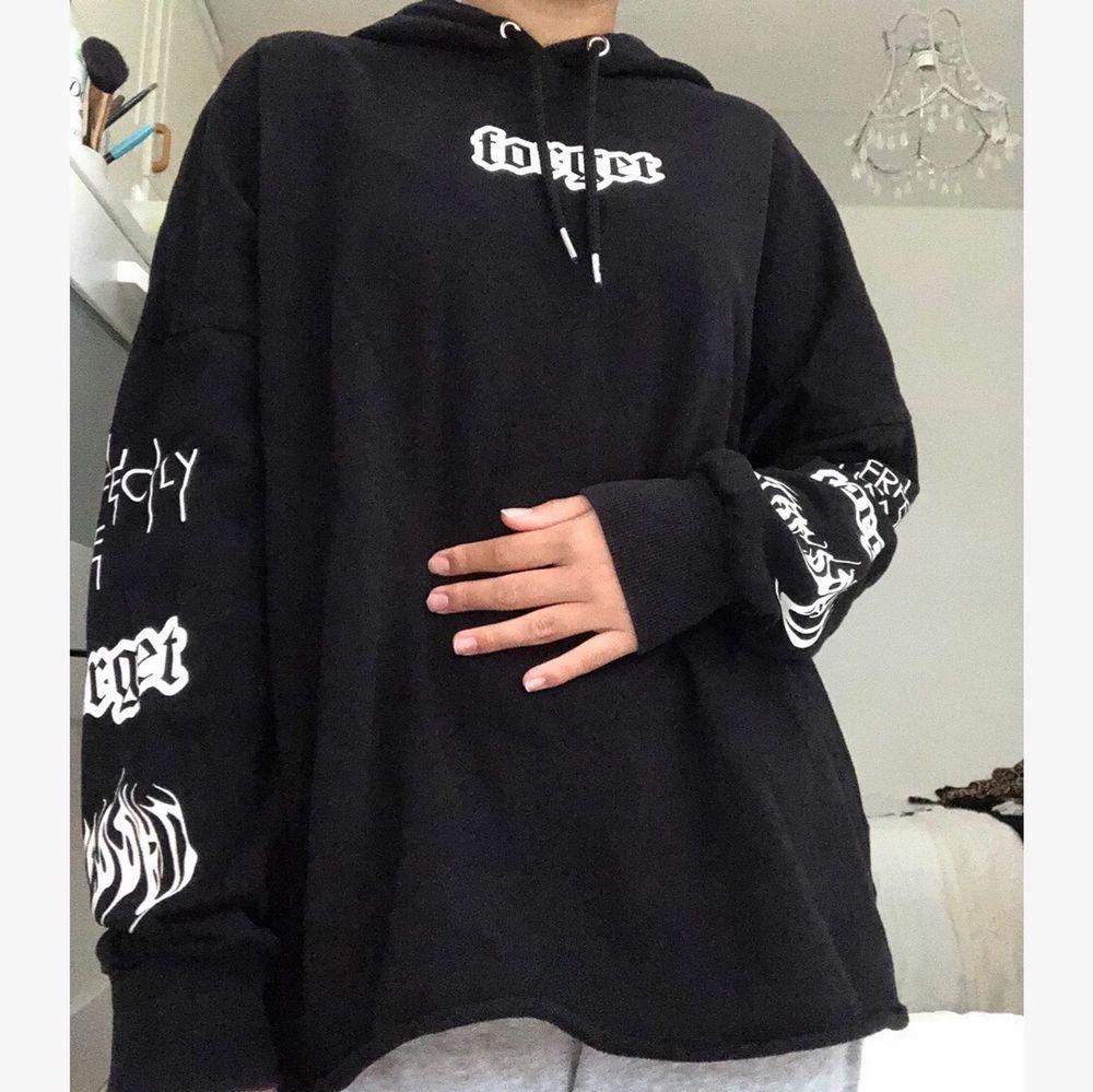 Supersnygg hoodie som är köpt utomlands för cirka 2 år sedan. Den är liite oversize i storleken. I bra skick.. Huvtröjor & Träningströjor.