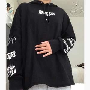 Supersnygg hoodie som är köpt utomlands för cirka 2 år sedan. Den är liite oversize i storleken. I bra skick.