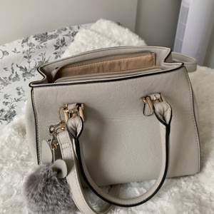 Väskan är inte helt ny men har endast använt den några gånger, det är inget speciellt märke. Nyckelringen ingår.