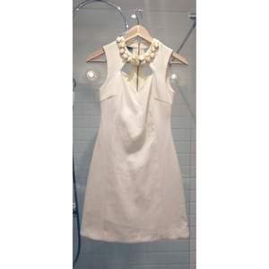 Väldigt fin vit klänning från River Island i UK storlek 6, klänningen är ganska stor i storleken, cirka 34/XS i svenska storlekar. Använt en gång, i princip nyskick.