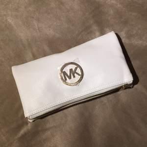 Vit Michael Kors handväska med gulddetaljer. Köpt utomlands så kan ej garantera äkthet. Innerfack med dragkedja samt fack för mobil och plånbok. Medföljer 2 st remmar, en lång samt en kort. Hör av er för mer info/bilder