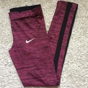 Rosa/svarta tights från Nike Superskönt material  Skulle nog passa en s också