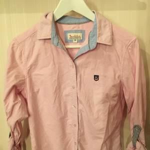 Säljer en jätte fin ljusrosa skjorta med uppvikta armar från märket Bondelid. Den är lite använd, och ny pris var 799!