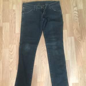 Wrangler jeans med låg midja. Man får bra rumpa i dom ;)