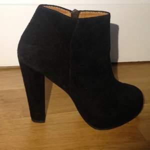 Minimarket svarta mocka boots med inbyggd platå på ca 3 cm och klack på 13 cm. Använda endast 2ggr, nästan som helt nya. Nypris ca 3000kr.  Strl är eg 40 men är små i modellen så ska betraktas som 39 ( min vanliga strl).