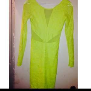 Gul klänning från Gina Tricot