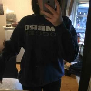 Stor mörkblå sweatshirt. I andvänt skick och ganska sliten i ena ärmen