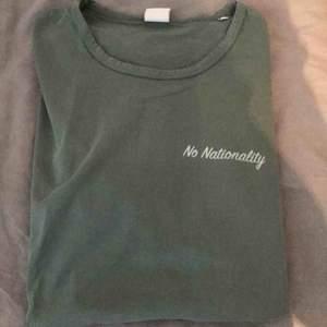 Väldigt fin NN07 t shirt i en snygg grön färg. Passar mig bra som är 177. Hämtas i Stockholm!
