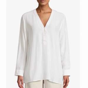 V-neck popover blouse air från Filippa K, nypris 1800 kr men säljs nu på Afound för 899:- och det var där jag köpte den. Aldrig använd, mkt fin blus! Ev. prutbar vid snabb affär.