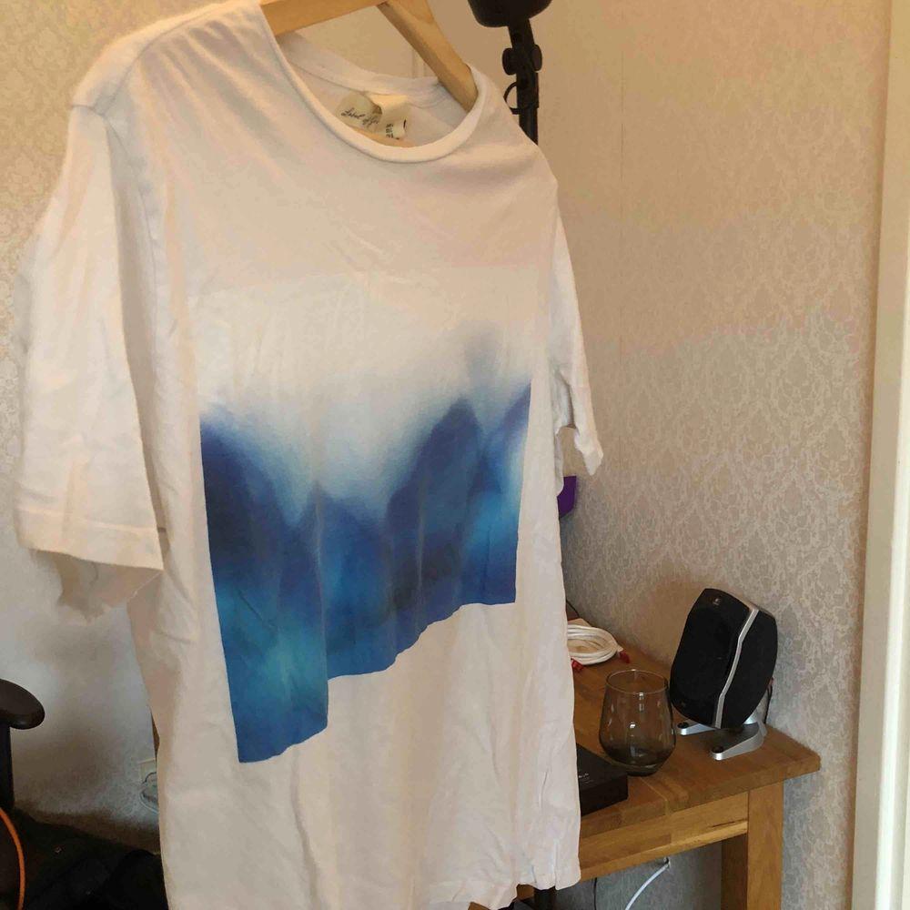 snygg tshirt från LOGG med coolt tryck. T-shirts.