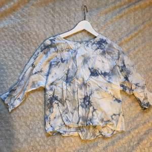 Blus från Forever21 i Marmormönster med dragkedja i ryggen som går att anpassa.