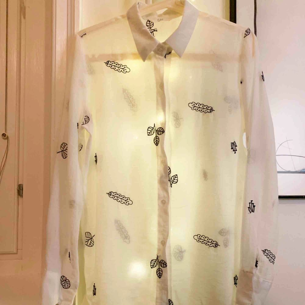 Vit blus med brodyr, köpt i Sydkorea vid Dongdaemun Plaza och är ett riktigt fynd för den som gillar koreanskt mode! Tyget är svalt mot huden. Rak modell. Storlek 34/36. Mått: chest 98cm, längd mitt bak 68cm.. Blusar.
