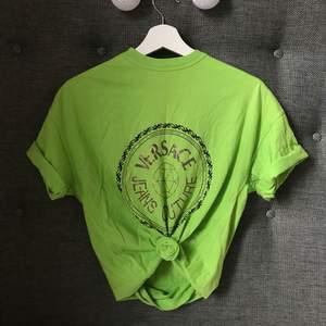 Versace tshirt (inte äkta), den passar också storlek xs/m beroende på hur du vill att den ska sitta.