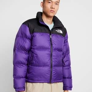 Intressekoll på min North Face Jacka. Köpt förra vintern så enbart använd i 1 säsong. Köpt för 2.3. Slutsåld på de flesta håll! Kommentera/pma ett bud