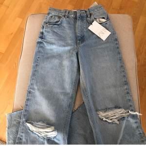 Säljer mina super fina zara jeans, dem har lappen kvar och är helt oanvända💕 Hör av dig med frågor om du har några eller vill ha fler bilder🙌 bud från 400!