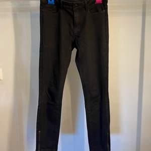 Snygga svarta jeans med dragkedja vid foten! Knappt använda!
