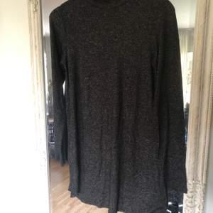 Klänning i stl.S ifrån Ginatricot mjuk och skön klänning, perfekt till höst och vår. Med turtleneck