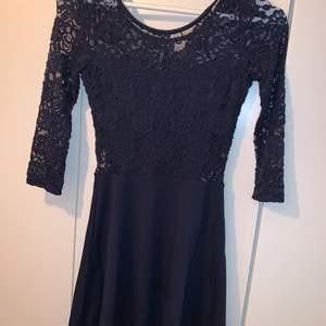 Mörkblå klänning från H&M