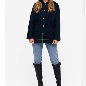 As snygg lite längre jacka från monki  perfekt till hösten! I jeanstyg, passar så bra till allt men säljer för ska köpa en liknande! Original pris 500 köparen står för frakt