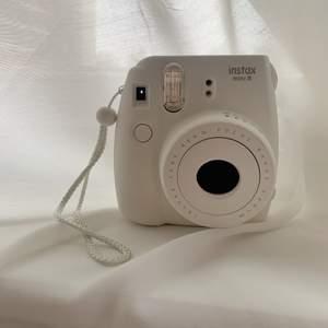 Säljer min vita Fujifilm Instax mini 8, knappt använd och i väldigt bra skick!:) Köpt för 800kr och säljer den för 300. Kan mötas upp om köparen bor i göteborg annars står köparen står för frakt :)