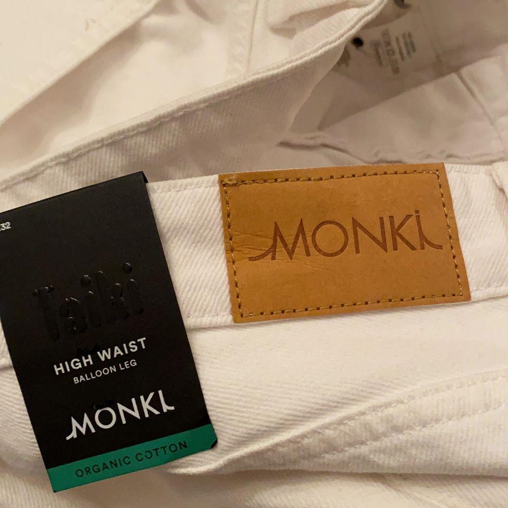 Säljer ett par helt nya jeans ifrån monki, nypris 400kr säljes för 149kr . Jeans & Byxor.