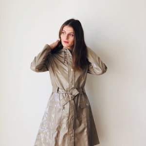 A super flattering raincoat. Water and rain proof, has a hood and comes in an amazing holographic beige color. Size: XS/S, color: shiny holographic beige.