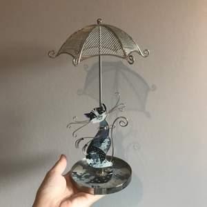 Ett jättegulligt smyckesställ med en katt och ett paraply där man kan hänga örhängen, halsband, och ringar. Ursprungligen köpt på glitter, köparen står för frakt
