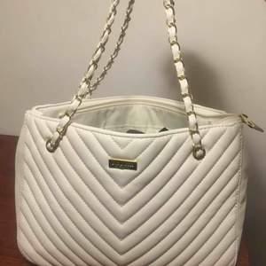 DD ( Don Donna ) handväska 😀 Vit och är jättefin köpte inte så länge ny pris är 399 kr mitt pris nu 100kr 😀 Använd inte så ofta 👍 top skick  Har Swish 😎 frakt kostar 65 kr