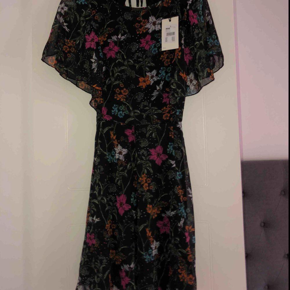 Jättesöt klänning som aldrig blivit använd💖 Nypris: 299kr Köparen står för frakten✨. Klänningar.