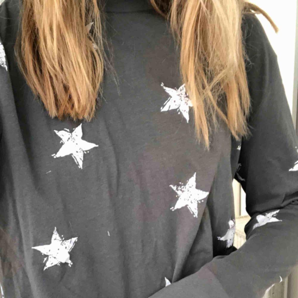 Tröja med stjärnor från Zara, aldrig använd.. Toppar.