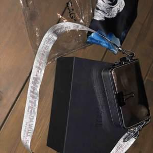 Off white väska, mirror flap bag  Nypris: 8295kr Mitt pris: 4000 kr  Priset kan diskuteras!! Så kom med bud
