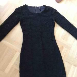 En fin svart spetsklänning. Oanvänd