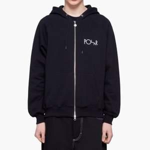 Säljer min zip hoodie från polar skate, den är i jättefint skick:) har aldrig tvättat den så är lika mjuk som en ny! Nypris är runt 1000 kr