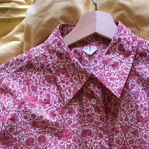 Denna fina oversized skjortan har tyvärr legat för länge i garderoben utan att blivit använd :( Letar därför ny ägare som ger den massa kärlek! Det är Arket som sålt en kollektion i samarbete med Liberty! Fits XS-M. Nypris 990. Köpare står för frakt.
