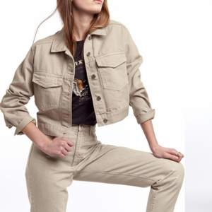 Beige jeansjacka från Gina  Använd ett fåtal gånger alltså nyskick Croppad Storlek S Skriv för bilder eller frågor 💗