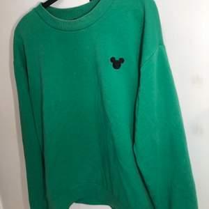 En söt grön tröja med mussepigg tryck 💚