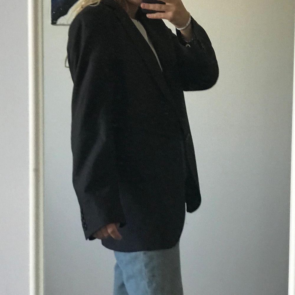 Randig kavaj köpt secondhand från manavdelningen därav oversize! Har ett hål på innersidan därav priset.. Kostymer.