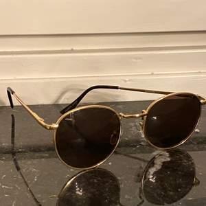 Säljer mina guldiga solglasögon me mörkbrunt glas i😎 inga repor elr nått