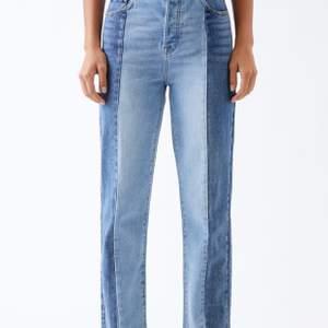 Säljer dessa snygga jeans från PacSun som är både mörk och ljus blå. Dom ser lite smutsiga ut där bak men det är bara för att dom är använda men såklart så tvättas dom innan jag skickar dom. 💞💞Orginalpris: 575 kr