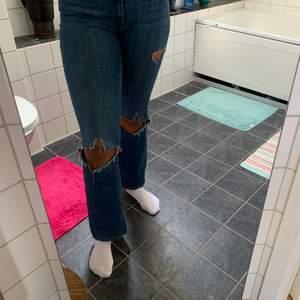 Blåa bootcutjeans från Levis med hål i knäna och lite slitningar vid framfickorna. Storlek W29. PRIS: 150kr