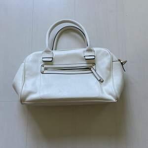 En jättefin handväska från forever 21, den kan fyllas med mycket i det olika facken. Frakt ingår inte, frakten avgörs av vikten.