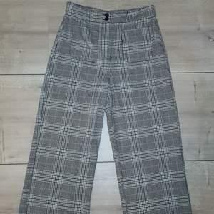 Knappt använda rutiga byxor från Monki. Som nya! Storlek 38.. Säljer för de inte kommit till användning. Säljer för 150kr + frakt💕