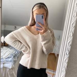 Ljusrosa stickad tröja från H&M. Den är något bred i modellen och sitter därför lite oversized.